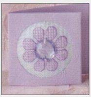 Сиреневый цветок с украшением