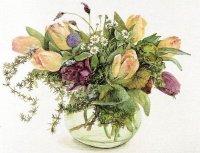 Цветы в стеклянной вазе