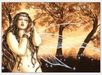 Девушка с коричневым дракончиком