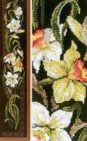 Вертикальная панель с белыми цветами